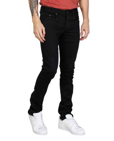 Hombre bien vestido con jeans